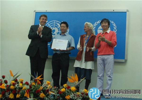 联合国副秘书长阿齐姆•施泰纳先生、大赛主席利兹女士、联合国气候英雄罗红先生为陈冠夫老师颁奖.jpg