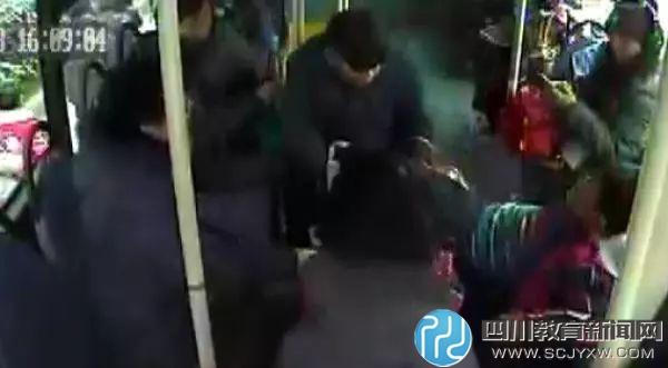 小学生上公交车抢座 被7旬老人拽下摔成脑震荡