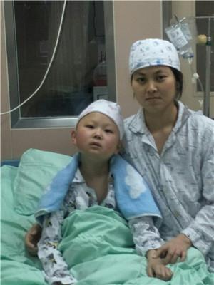 绵竹10岁男孩患白血病 父母陪他无菌仓内过春节