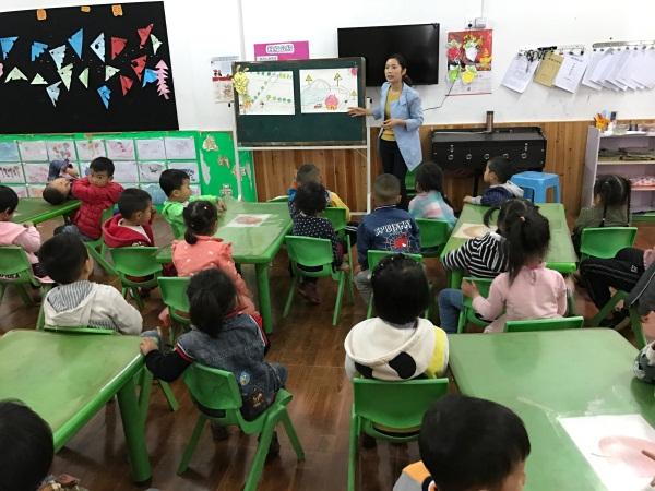 阳春镇中心幼儿园踏水桥分园开展《有趣的标志》安全活动