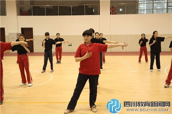 健身操社团的同学们轻舞飞扬.jpg
