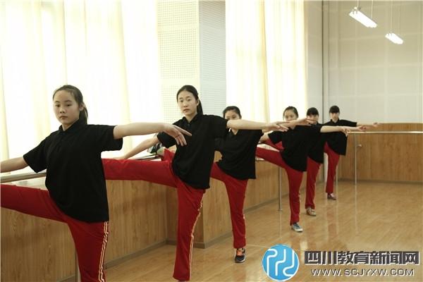 看,舞蹈队的姑娘们正在形体室练功.jpg