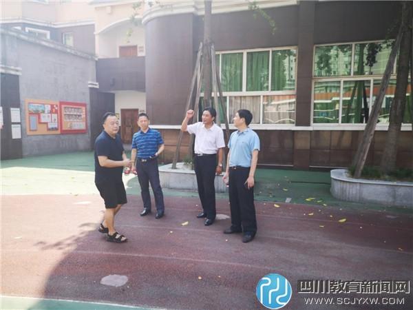 教育局领导冒酷暑检查科华中路小学暑期工程