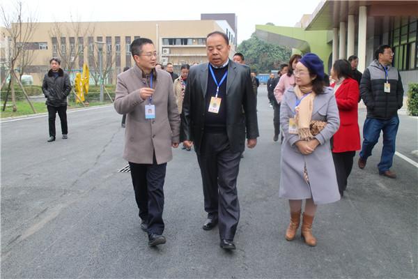 青白江区政协委员到工程职校视察工作