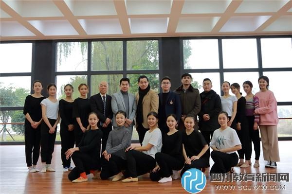 泰国兰塔纳功欣皇家理工大学一行与我校舞蹈学院学生合影.JPG