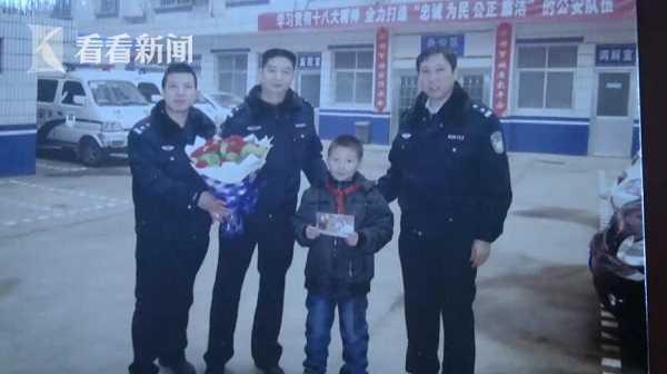 初三男生连续七年正月初一朗诵诗歌给警察拜年