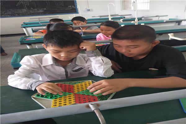 黄沙镇中心校开展少年宫跳棋活动课