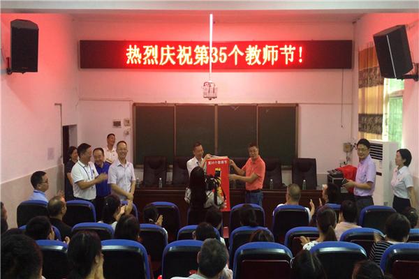 县领导到底蓬中学看望慰问教师