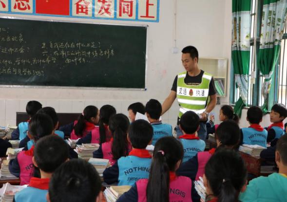 宣汉县白马学校开展交通安全宣传活动