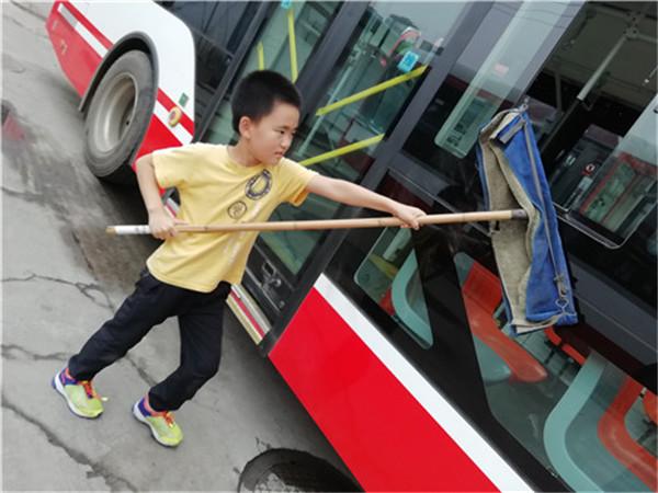 国庆献礼 金沙小学学生携手公交车司机共贺国庆