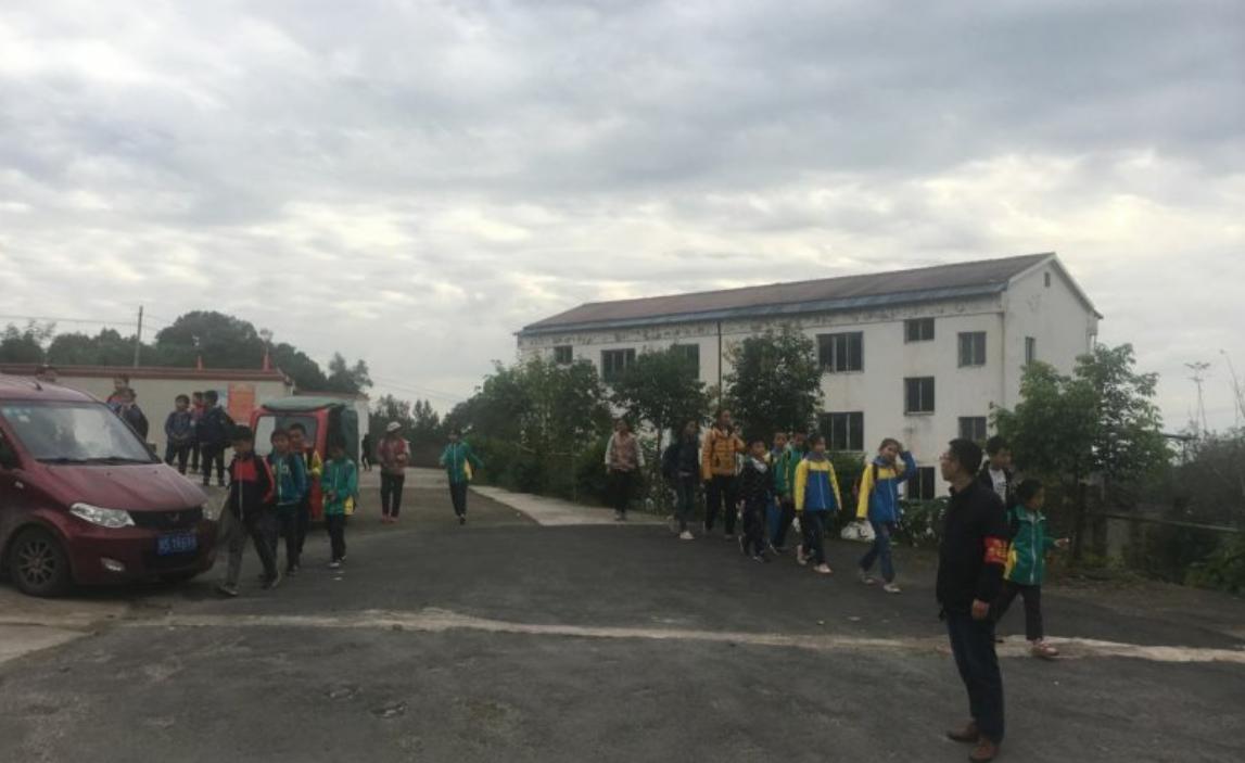 达川区福寿小学 开展交通文明劝导志愿服务活动