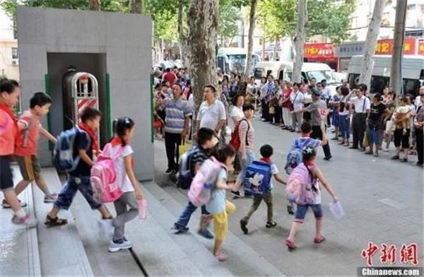 学校减负致辅导班抢位:家长真的疯了?