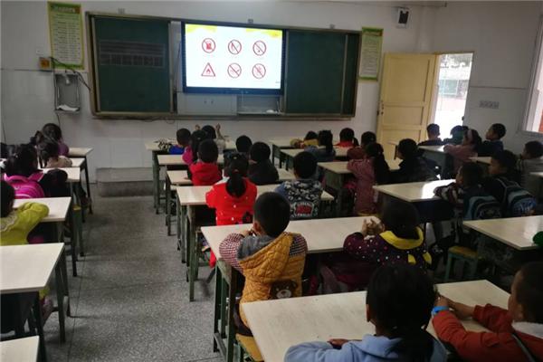 屏边乡民族中心校开展安全教育主题班会