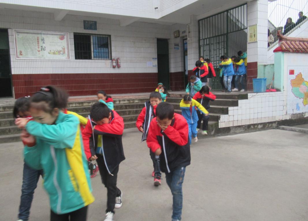 达川区申家乡中心学校开展防震、消防紧急疏散演练活动