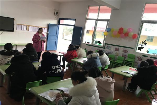 水清中心幼儿园学习升降国旗制度