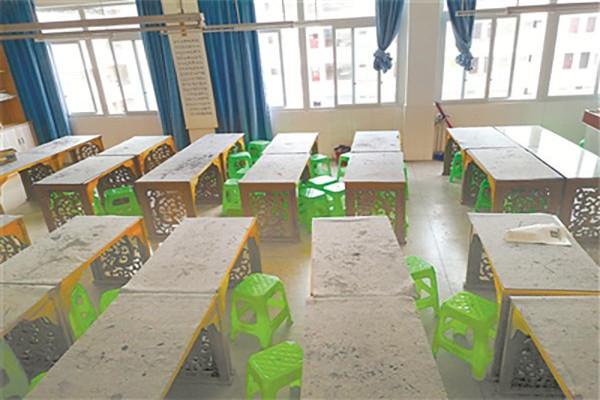 为买沙发 校长竟将书法专用课椅变成10块塑料凳