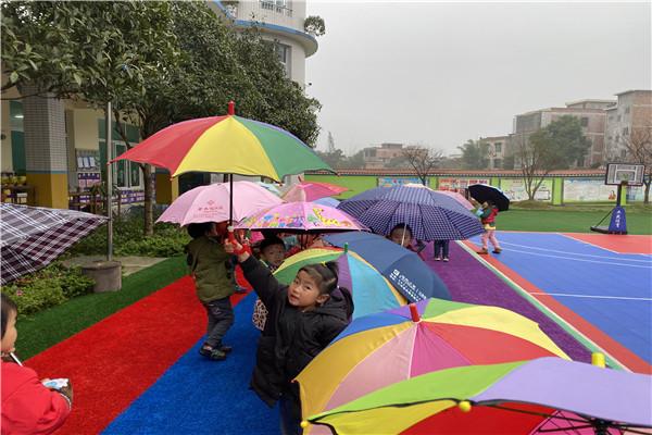 留耕镇中心幼儿园开展《伞花朵朵开》活动