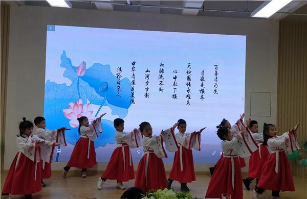 温江区政通幼儿园开展2020元旦迎新智趣亲子游园活动