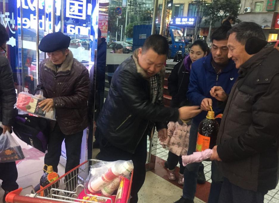 达川区石板初中工会开展春节前慰问退休教师活动