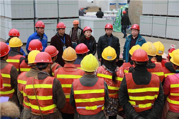 张芳到珙县第一高级中学校灾后重建现场开展新春慰问