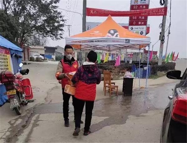 """眉山冠城七中实验学校学生用压岁钱买物资捐赠""""疫""""线志愿者"""