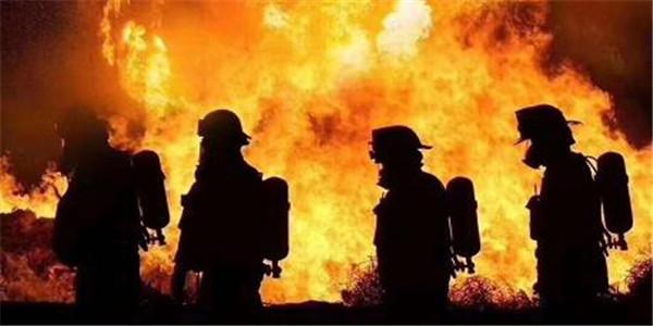 四川凉山州木里县发生森林火灾 两千多人参与扑救