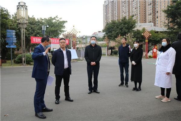 青白江区副区长杨军检查大弯中学高三复课准备工作