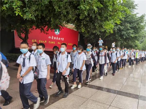 仁寿县华兴中学组织学生进行社会实践,促进学生全面发展