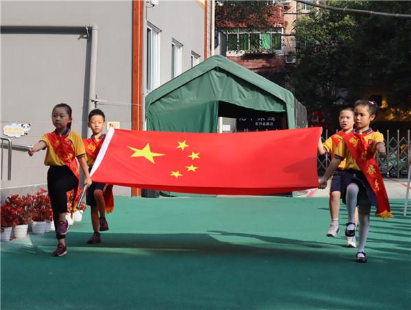 东城根街小学举行第十周升旗仪式,为暑假生活做准备