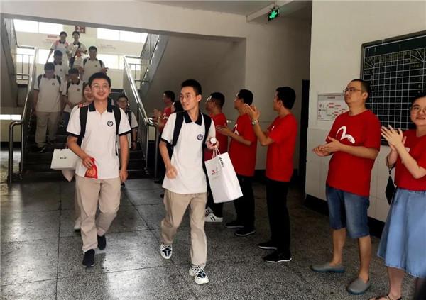 成都八中老师组成红色护卫队 为千余高三学子保驾护航