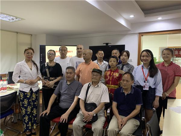 石室联中(西区)携手社区开展八一建军节座谈会暨慰问活动