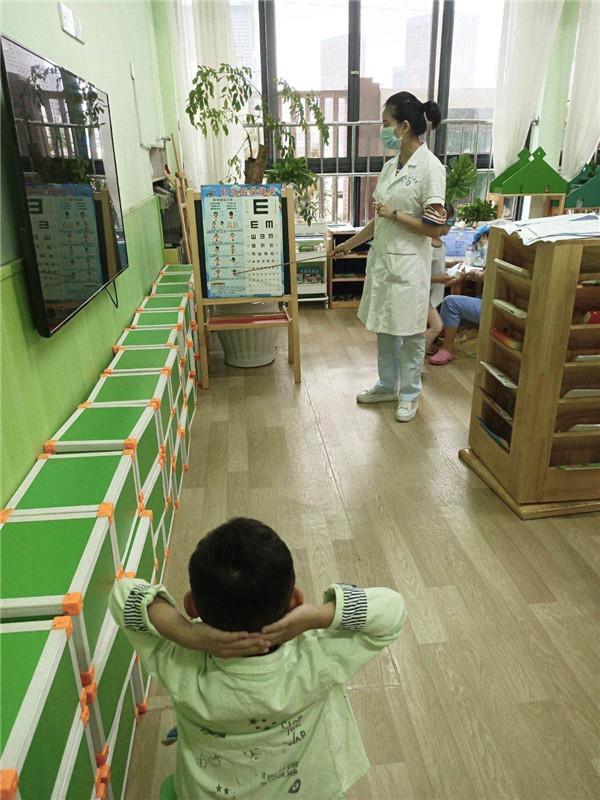 保升乡卫生院医护到瑰宝明珠幼儿园为幼儿体检