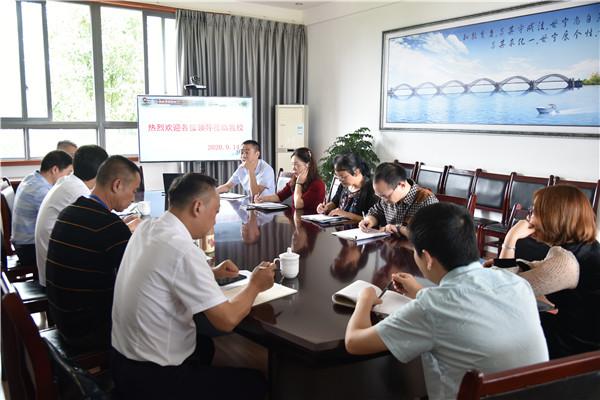 青白江区研培中心主任王晓斌带队到姚渡学校调研工作