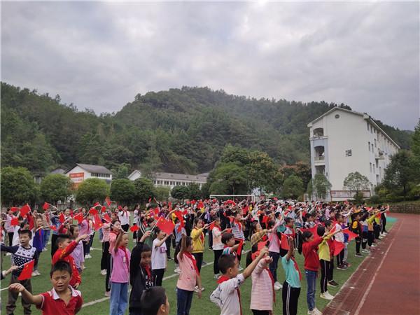 青川县大院民族学校:传唱红色经典,弘扬爱国精神