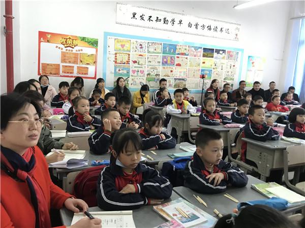 眉山天府新区钢铁小学数学组开展高效课堂探究教研活动