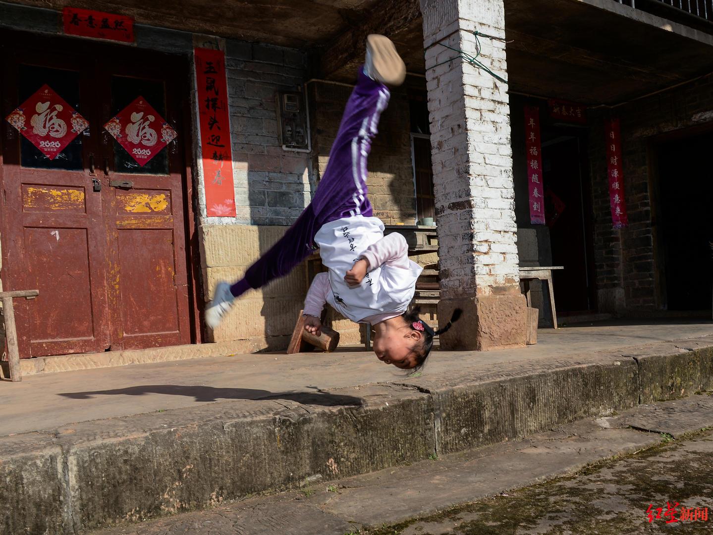 5岁女孩每天翻跟斗100个走红背后:3岁寒假去嵩山习武,单亲妈妈希望她勇敢自信