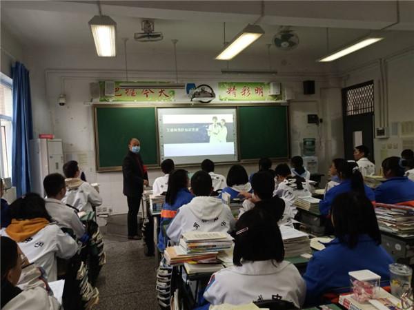 蜀城中学开展预防艾滋病主题班会活动