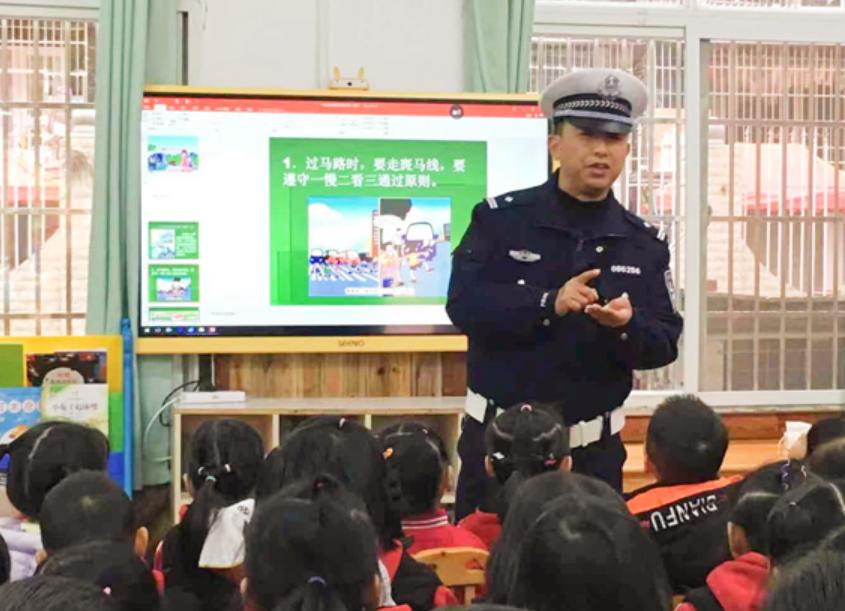 岳池县第一幼儿园开展12.2交通安全日主题活动