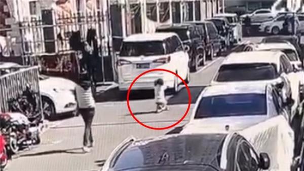 家长警惕!6岁女童小区内玩滑板车被撞身亡