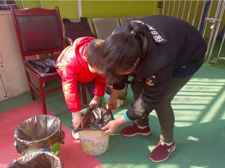 武胜县飞龙幼儿园开展学雷锋活动