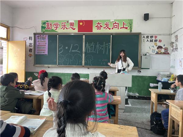 """大井中心校开展植树节""""植绿护绿""""活动"""