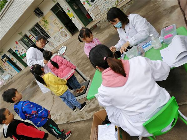 马场小学幼儿园对幼儿进行健康体检
