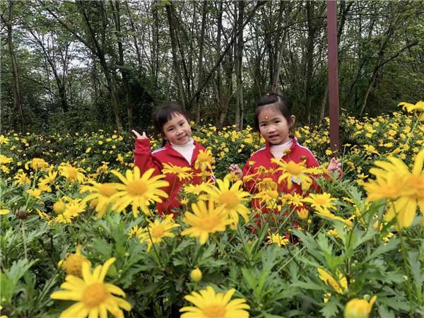 邛崃示幼小班幼儿与家长一起探寻春天的秘密