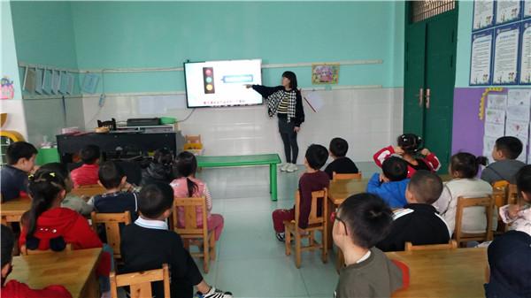 """留耕镇中心幼儿园开展""""交通信号我认识""""主题教育活动"""