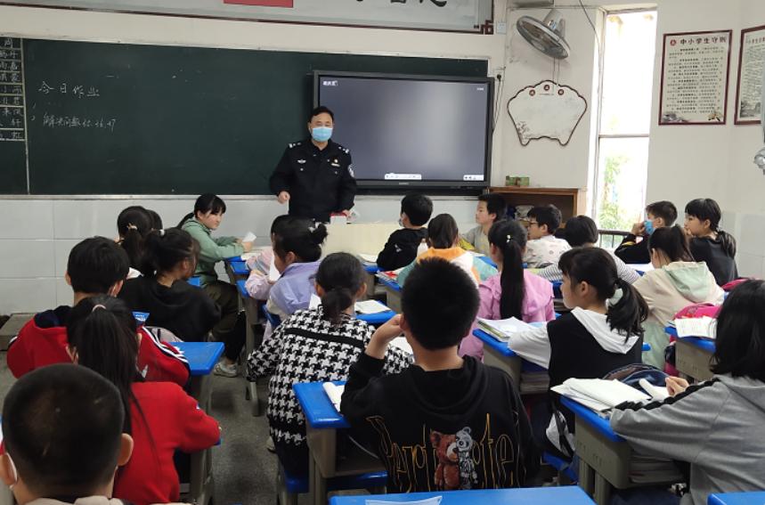 华蓥市安丙小学开展交通安全进校园宣传活动
