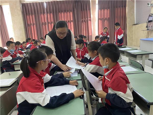 聚焦群文阅读,李建荣名师工作室指导桂林小学课堂教学