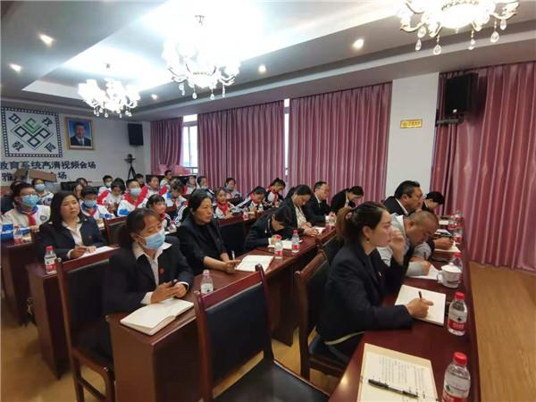 呷拉初中师生参加甘孜州教育系统党史学习视频会