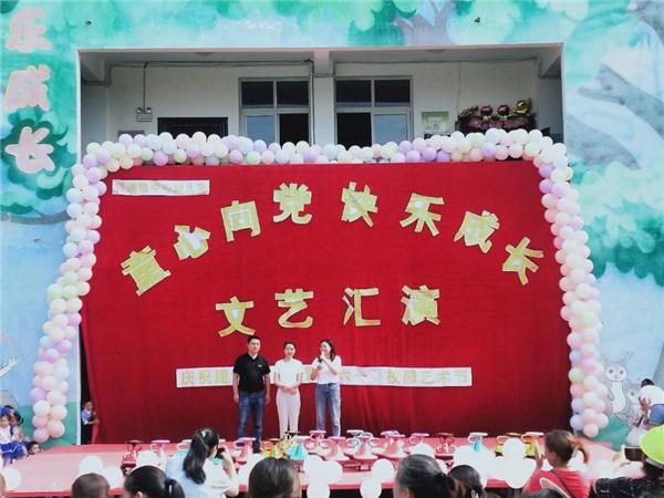 """镇领导到铁清镇中心幼儿园开展""""六一""""慰问活动"""