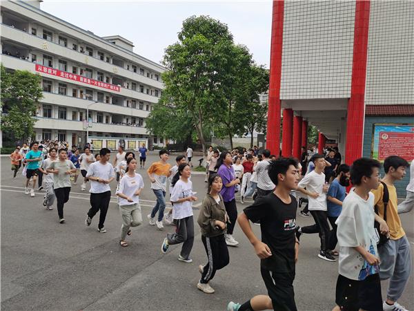 安全演练,助力中考――汉安中学开展2021年中考考前地震应急疏散演练