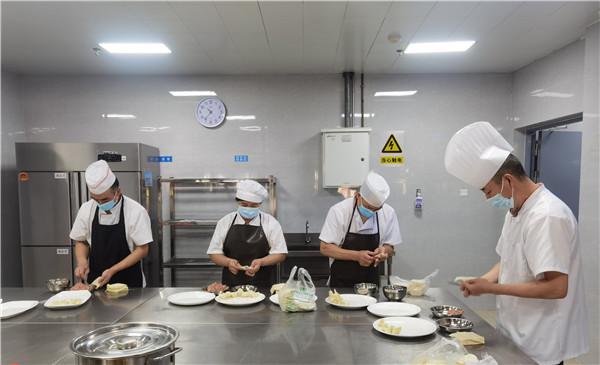 拼厨艺,世纪城幼儿园食堂工作人员比赛包饺子、包抄手
